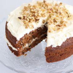 Een heerlijke recept voor carrot cake. Smeuïg van binnen, met een heerlijk romige roomkaastopping. Leuk voor Pasen, maar een worteltjestaart kan altijd.