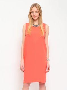 """Sukienka damska Top Secret z kolekcji wiosna lato 2015.<br><br>Modna sukienka damska o luźnym fasonie. Elegancka sukienka bez rękawków, z tyłu zapinana na suwak, idealnie sprawdzi się w eleganckich zestawach ze szpilami, jak również w codziennych stylizacjach z sandałkami.<br>Sukienka dostępna w kolorze koralowym (SSU1296PO). <br><br><span style=\""""font-style:italic\"""">Modelka ma 176 cm wzrostu i prezentuje rozmiar 36.</span>"""