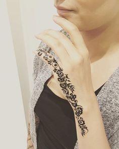 Love this Arabic inspired henna design #blacktattoo