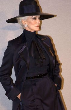 Carmen Del Orefice modeling at the Hardy Amies show in London, February Picture:REX Carmen Dell'orefice, Older Women Fashion, Fashion For Women Over 40, Style Funky, Hardy Amies, Clothes For Women Over 50, Looks Street Style, Advanced Style, Ageless Beauty