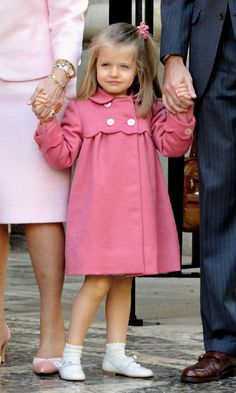 Royal kids: Princess Leonor of Spain's adorable wardrobe - HELLO! US Source by marnerw Dresses Dresses Kids Girl, Kids Outfits, Cute Outfits, Blogger Moda, Estilo Real, Royal Clothing, Royal Dresses, Baby Couture, Matches Fashion