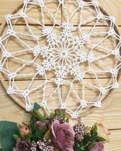 Como elaborar un atrapasueños con carpetas a crochet Crochet Dreamcatcher Pattern, Tapestry Crochet, Crochet Mandela, Crochet Squares Afghan, Feather Dream Catcher, Macrame Design, Crochet Doilies, Craft Tutorials, Diy Crafts