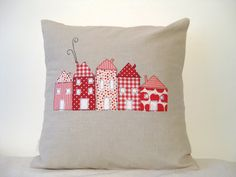 Cushion cover, red houses in a row - nice idea for applique or patchwork on a quilt, too Applique Cushions, Patchwork Cushion, Sewing Pillows, Quilted Pillow, Applique Fabric, Cushion Inspiration, Red Houses, Cushions To Make, Free Motion Embroidery