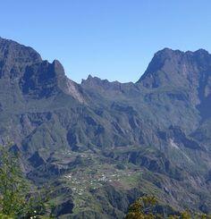 Cilaos vue depuis la Fenêtre des Makes - Île de la Réunion Patrimoine mondial de l'UNESCO - Pitons, cirques et remparts Pour en savoir + http://www.osezlareunion.com/emerveiller/cilaos-vue-depuis-la-fenetre-des-makes