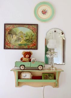 Love the eclectic gallery wall look home гостиная. Vintage Vignettes, Vintage Home Decor, Vintage Display, Vintage Items, Cottage Chic, Cottage Style, Eclectic Gallery Wall, Deco Retro, Flea Market Style