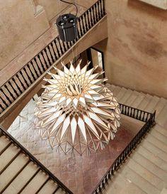 Люстра Бенедетты Tagliabue, созданная из 170 переплетенных деревянных деталей
