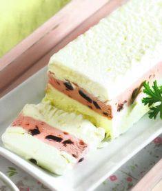 Υλικά  300γρ. κρέμα γάλακτος     400γρ. στραγγιστό γιαούρτι  450γρ. γλυκό του κουταλιού βύσσινο ή μαρμελάδα (μπορούμε να βάλουμε όποια μαρμελάδα ή γλυκό του κουταλιού μας αρέαει)  Εκτέλεση  Βάζουμε μια μακρόστενη φόρμα του κέικ ή της τερίνας στην κατάψυξη ώστε να παγώνει. Χτυπάμε την κρέμα γάλακτος στο μίξερ μέχρι να σφίξει και να γίνει λίγο πιο παχιά από το γιαούρτι. Την αναμειγνύουμε με το γιαούρτι και τη χωρίζουμε σε δύο μέρη.