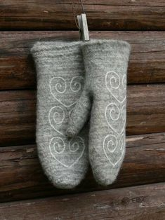 Jättefina nålbundna grå vantar med vita broderidetaljer. Valkade på tvättbräda, sen broderade. Gjorda av naturlikt.blogspot.com (verkar numera vara mer aktiv på Instagram) // Lovely needlebound grey mittens with white embroidery details. Fulled on a washing board, then embroidered. Made by naturlikt.blogspot.com (nowadays more active on Instagram though)