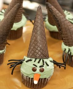Six of the very coolest Halloween party snacks, no hard work required Wicked witch Cupcakes – 15 Cute Halloween Food Ideas Halloween Party Snacks, Halloween Cupcakes, Cute Halloween Food, Fall Halloween, Halloween Foods, Halloween Witches, Halloween Recipe, Halloween Desserts, Happy Halloween