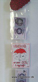 Hvis man skal give en pengegave, er det en god ide, at købe en plastikfotoramme – de lange hvor man kan sætte foto og kort i. Sæt foto, kort, penge mm. i hver sin lomme. Rammen her er en del år gammel, men man kan få noget der ligner i Ikea.