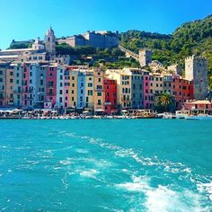イタリアの世界遺産の町、ポルトヴェーネレ。遊覧船から眺めるカラフルな町並みも素敵です。 #クレアトラベラー #creatraveller #旅行雑誌 #憧れのリヴィエラ #ポルトヴェーネレ #チンクエテッレ #カラフル #世界遺産 #リヴィエラ #イタリア…