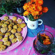 Hmm, zelfgemaakte koekjes met goudsbloem! Deze eetbare bloem groeit volop in de tuin. Je kunt goudsbloem verwerken in gerechten zoals salades, soepen en drankjes. Ga voor meer informatie naar www.facebook.com/ubuntustadstuin