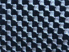"""Jeg vil her vise hvordan man hækler """"C2C"""" – Corner to corner mønsteret. Jeg har brugt enkelt bomuldsgarn 8/4 og nål nr. 2,5. Men der kan selvfølgelige bruges andet garn og nål 🙂 """"C2C"""" er hæklet i luftmasker, stangmasker og kædemasker.   Flere guides på corner to corner : Corner to corner mønster i halvstangmasker HER Farveskift i siden af arbejdet HER Farveskift midt i arbejdet HER Indtagning Kvadratisk HER Indtagning rektangulær HER"""