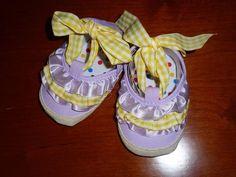 Sandalia fechada com folhos à frente, cor lavanda, laçarote tecido quadrados amarelo, sola flexível e antiderrapante.  Tamanho: 0-6 meses - 12€ Lavender Colour, Yellow, Tejido, Colors, 6 Mo