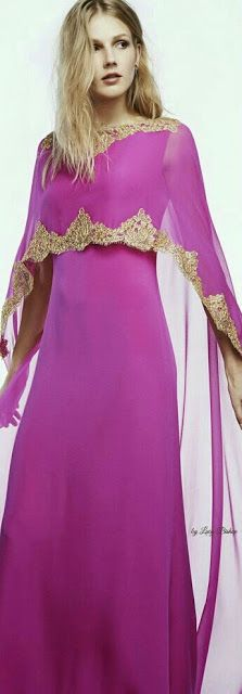 me encanta sus decoraciones doradas combinan muy bien con el color del vestido