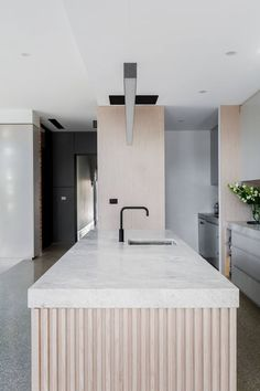 The kitchens wear their best clothes with the lining of the vertical relief or palilleria. A trend, the one of the palilleria that is on the rise Modern Kitchen Design, Interior Design Kitchen, Interior Decorating, Modern Design, Decorating Blogs, Contemporary Interior, Küchen Design, Home Design, Home Decor Kitchen