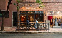 Construido en 2016 en Argentina. Imagenes por Gonzalo Viramonte. Se trata de una cervecería espontanea, cálida, integrada con el exterior de manera directa. BeerJoint se asienta en la vereda abrazando el paso de...