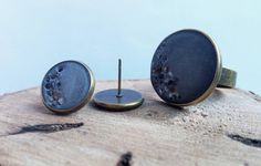 Concrete jewelry set with onyx mineral pieces.