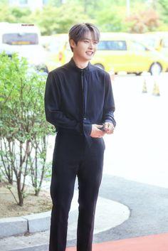 he looks so little 190701 © peachy cheeky Lee Minho Stray Kids, Lee Know Stray Kids, Lee Min Ho, Shinee, Rapper, I Know You Know, Wattpad, Kpop Boy, Boyfriend Material