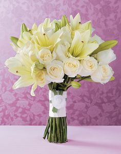 Rosas e lírios brancos. Bia Sandoval.