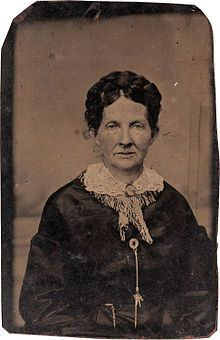 """An important unpublished tintype of Jesse James' wife, """"Zee"""" James, wearing what could be a portrait of her husband. Jesse James Wife, Jesse James Outlaw, Vintage Photographs, Vintage Photos, Antique Photos, Jessy James, Wild West Outlaws, Famous Outlaws, Frank James"""