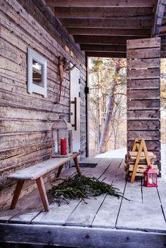 Joulusauna odottaa kylpijöitä. Saunan edessä on Petrin mummolan pirtin penkki. Reiät olivat puhdetöitä varten. Halkoteline on Petrin tekemä.