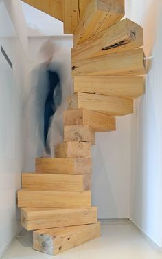 Die Treppe aus massiven Holzblöcken ist erst tragfähig in der Summe ihrer Einzelteile und weckt damit Assoziationen an ein beliebtes Geschicklichkeitsspiel.