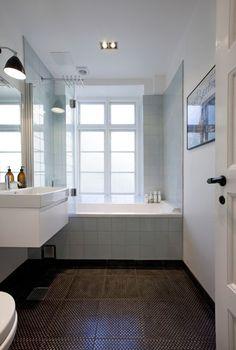 badeværelset har været igennem den helt store opgradering, og fremtræder nu som et super moderne bad med fliser på både gulv og vægge fra Made a Mano