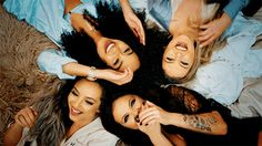 The girls of Little Mix have an amazing friendship. Watch Perrie Edwards, Jade Thirlwall, Leigh-Anne Pinnock and Jesy Nelson's most hilarious moments. Little Mix Hair, Little Mix Jesy, Curly Hair Tips, Curly Hair Styles, Gifs, Litte Mix, Curly Hair Problems, Biracial Hair, Backdrops