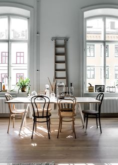 Living Room : Home in an old pharmaceutical institute via Coco Lapine Design Chaise Vintage, Scandinavian Apartment, Bentwood Chairs, Mismatched Dining Chairs, Dining Tables, Ideas Hogar, Dining Room Inspiration, Deco Design, Dining Room Design