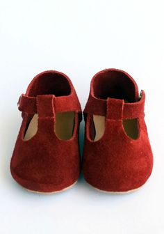 Handmade Red Suede Baby Shoes | CriaBabyShoes on Etsy #baby #valentine