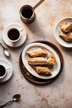 Sweet syrup-soaked layers of golden fillo dough filled with ground nuts & spices - classic Greek baklava is loved by people the world over Chef Recipes, Greek Recipes, Fudge, Graham, Greek Baklava, Greek Cookies, Baklava Recipe, 9x13 Baking Dish, Food Inspiration
