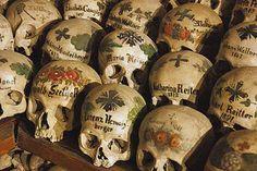 """Hallstatt es un bonito pueblo austriaco famoso además por tener un curioso y original osario-casa donde los cráneos se decoran de manera original. El lugar se llama """"Karner Beinhaus"""", o casa de los huesos."""