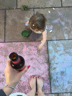 Izzy malt auf Balkonien und Mummy gönnt sich n Bierchen bei Mummy Mag