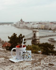 GIVEAWAY / NYEREMÉNYJÁTÉK  Az elmúlt hetekben több mint ötezren lettünk itt amiért nagyon hálás vagyok nektek. Sokat gondolkoztam azon ennek apropóján mivel lepjelek meg benneteket aztán rájöttem a legfrappánsabb kapcsolódási pont Budapest azt hiszem mi mind a város rajongói vagyunk. Úgyhogy nem is akármilyen nyereményjátékot hozok most nektek: a Magyar Nemzeti Galéria @nemzetigaleriashop @nemzetigaleria jóvoltából kettő menő dizánjtermékekkel megpakolt csomagot fogok a követőim között…