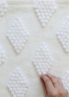 Decorare fai da te un semplice cuscino bianco