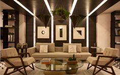 A simetria é levada a sério no projeto da arquiteta Érica Salguero para a Casa Cor SP. O efeito é acentuado pelas linhas iluminadas que seguem do teto à parede