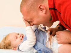 Langeweile auf dem Wickeltisch? Das muss nicht sein. Wir haben für Dich ein paar Ideen zusammengestellt, wie die Zeit auf dem Wickeltisch zu einem großen Spaß wird und Du nebenbei Sprache und Motorik Deines Babys schulen kannst.