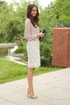 Look de moda: Blusa de Botones Beige, Falda Lápiz de Encaje Blanca, Zapatos de Tacón de Cuero Beige, Cartera Sobre de Cuero Azul Marino