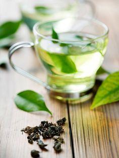 In asiatischen Ländern wird Grüner Tee in rauen Mengen getrunken. Diese - im Geschmack etwas bittere Teesorte - ist nicht fermentiert. Dadurch behält der Tee seine Farbe und die wichtigen Polyphenole. Diese wirken entzündungshemmend und können Krebs vorbeugen. Dem grünen Tee wird übrigens auch positive Wirkung auf die Heilung von Brustkrebs nachgesagt.