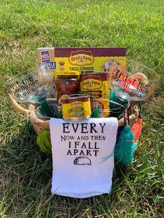 Themed Gift Baskets, Wine Gift Baskets, Raffle Gift Basket Ideas, Summer Gift Baskets, Creative Gift Baskets, Basket Gift, Family Gift Baskets, Theme Baskets, Wedding Gift Baskets