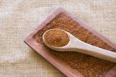 El merkén o merquén  es un aliño preparado con ají cacho de cabra seco ahumado y otros ingredientes. Es un condimento picante con algo de sabor ahumado y tiene aspecto de polvo rojo con pequeñas escamas de diferentes tonalidades. #merken #merquen #mapuche #chile #aliño #aji #ahumado #seco #alimento #comida #tradicional #especias #sabor #picante #cuchara Spoon Rest, Tableware, Spice, Flakes, Smoker Cooking, Spoons, Traditional, Dinnerware, Tablewares