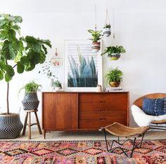 Boho urban jungle interieur met retro dressoir, hangplanten en kleurrijk Perzisch tapijt. // via Decouvrir Design