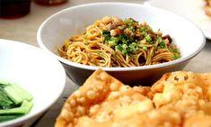 Pernah mencoba membuat mie ayam sendiri? Jika belum pernah sepertinya kali ini anda harus mencoba membuatnya sendiri. Dengan menggunakan bahan-bahan yang sederhana dan praktis anda sudah mampu membuat mie ayam yamin spesial dan tentunya enak di r...