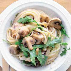 Champignonpasta met rucola300 g spaghetti 400 g champignons 1 ui 1 el olijfolie 2 tenen knoflook 50 ml droge witte wijn 1 beker crème fraîche (200 ml) 1 zak rucola (sla, 75 g)