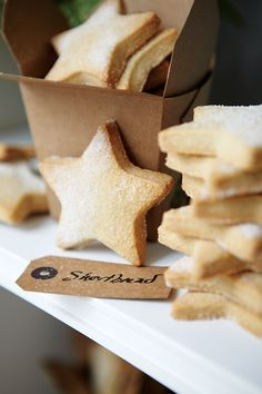 Looking to entertain your children during the festive holidays? Why not knock up these super yummy shortbread stars? Looking to entertain your children during the festive holidays? Why not knock up these super yummy shortbread stars? Bolacha Cookies, Galletas Cookies, Christmas Shortbread Cookies, Scottish Shortbread Cookies, Shortbread Biscuits, Holiday Cookies, Easy Diy Christmas Gifts, Christmas Treats, Christmas Presents