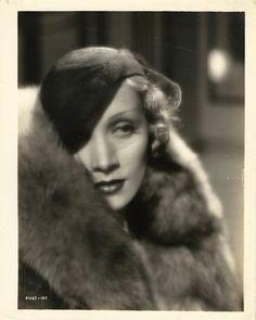 Portrait of Marlene Dietrich from the 1932 film The Blonde Venus. Old Hollywood Glamour, Vintage Hollywood, Hollywood Stars, Classic Hollywood, Hollywood Icons, Vintage Vogue, Jill Clayburgh, Divas, Cincinnati Kids