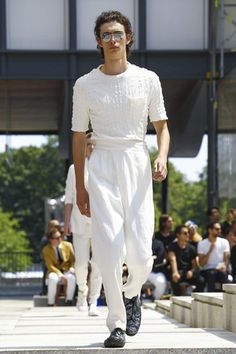Discover NOWFASHION, the first real time fashion photography magazine to publish exclusive live fashion shows. White Outfit For Men, White Pants Outfit, Fashion 2017, Daily Fashion, Fashion Show, Unisex Fashion, Mens Fashion, Issey Miyake Men, White Fashion