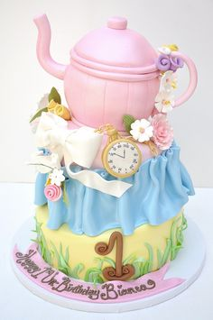 Everyone knows the story of Alice in wonderland. Here are some amazing and very creative Alice in Wonderland cakes! Pretty Cakes, Cute Cakes, Beautiful Cakes, Amazing Cakes, 1st Birthday Cakes, Tea Party Birthday, Disney Birthday, Party Party, Funny Birthday