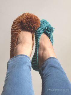 PUNTOBOBO Agujas de madera artesanales para tejer: Patrón de zapatillas de punto con pompón Crochet Shoes, Knit Crochet, Cotton Club, Knitted Slippers, Baby Cardigan, Couture, Baby Knitting, Handmade, Portal